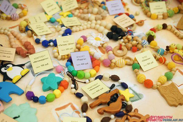 Среди товаров - браслеты, игрушки, товары для кухни, украшения, предметы гигиены и многое другое.