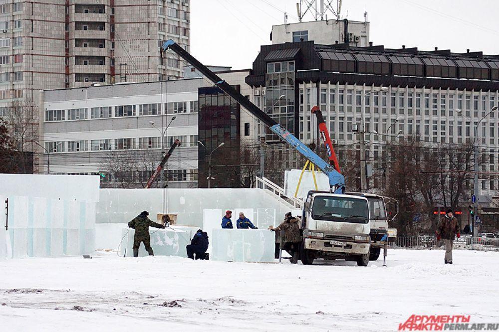 На данный момент завезено всё необходимое для возведения арт-объектов: деревянные доски, ледяные блоки, также на территории находится строительная техника.