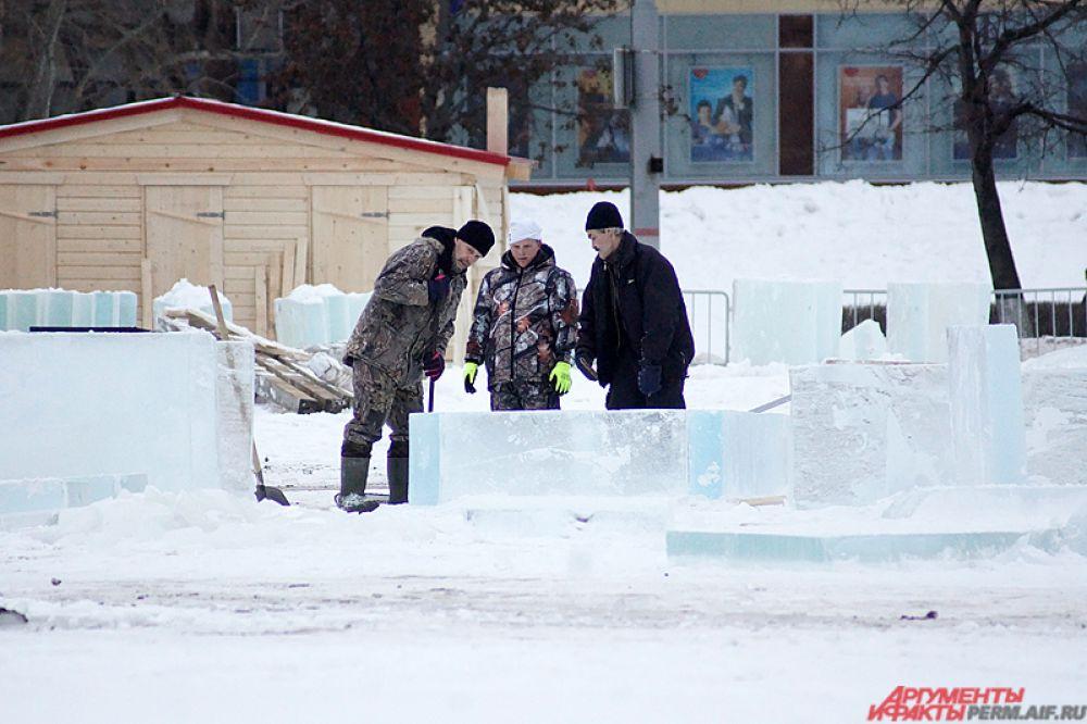 Рабочие на эспланаде активно возводят ледовый городок.