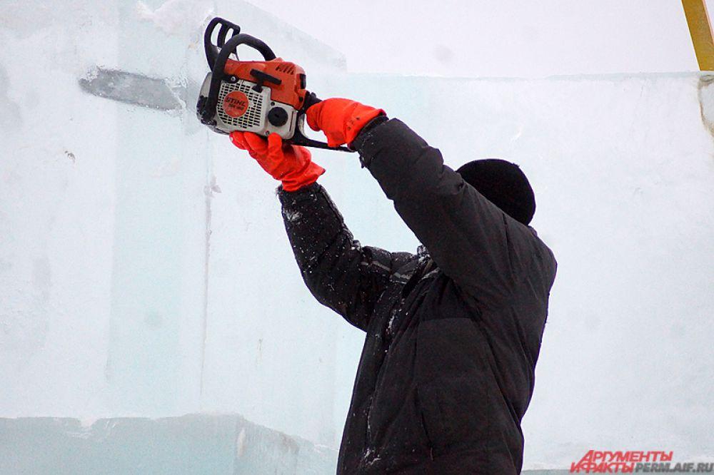 Из ледяных блоков скоро должны появиться десятки различных скульптур.