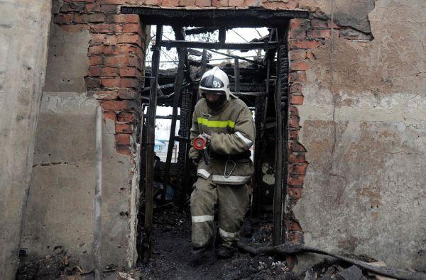 Сотрудники пожарной охраны на месте пожара.