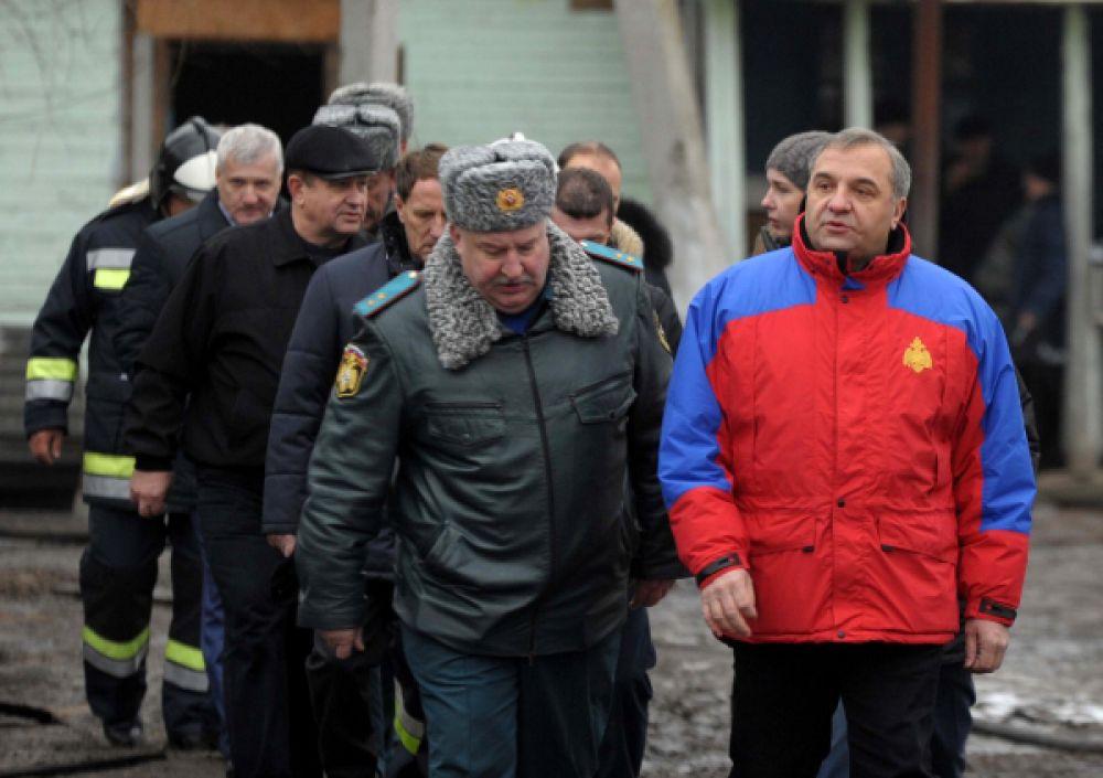 Министр по делам гражданской обороны, чрезвычайным ситуациям и ликвидации последствий стихийных бедствий Владимир Пучков (справа) на месте пожара.