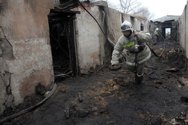 Сотрудники пожарной охраны работают на месте пожара.