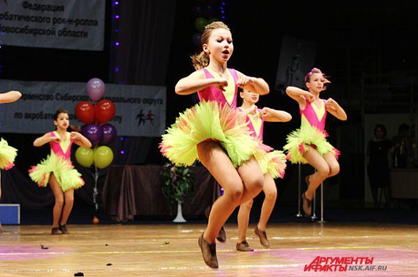 Танцуют не только пары, но и целые коллективы.