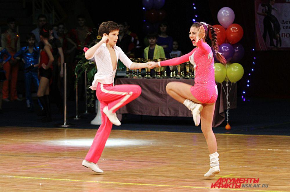 В рок-н-ролле танцевальные движения под ритмичную музыку сочетаются с хореографическими и акробатическими элементами.