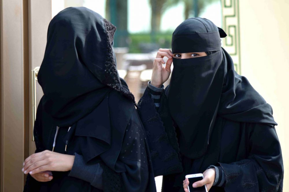 Чтобы мужчина, не являющийся мужем или родственником, не соблазнялся женщиной, она, согласно шариату, обязана в общественном месте покрывать все части тела, кроме овала лица, кистей и стоп. Женщины обязаны носить чёрные абайи, традиционные длинные платья с рукавами. В некоторых провинциях женщин обязывают закрывать лицо, кроме глаз, и оставлять открытыми только руки.