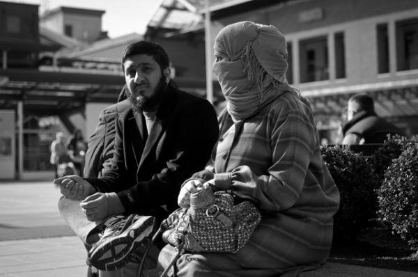 Согласно законам Саудовской Аравии все женщины обязаны жить и передвигаться за пределами дома вместе с мужчиной-махрамом — родственником или мужем. Хотя в 2008 году эти правила были отменены, такая практика продолжает существовать в соответствии с «принятыми обычаями», по той причине, что формально никаких законов против неё принято не было.