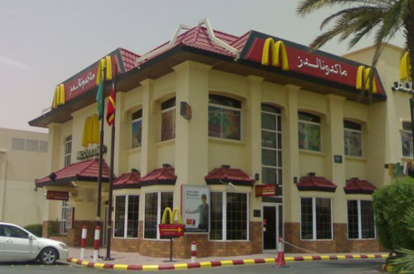 Здание McDonald's, построенное в соответствии с законами о половой сегрегации, имеет несколько входов.