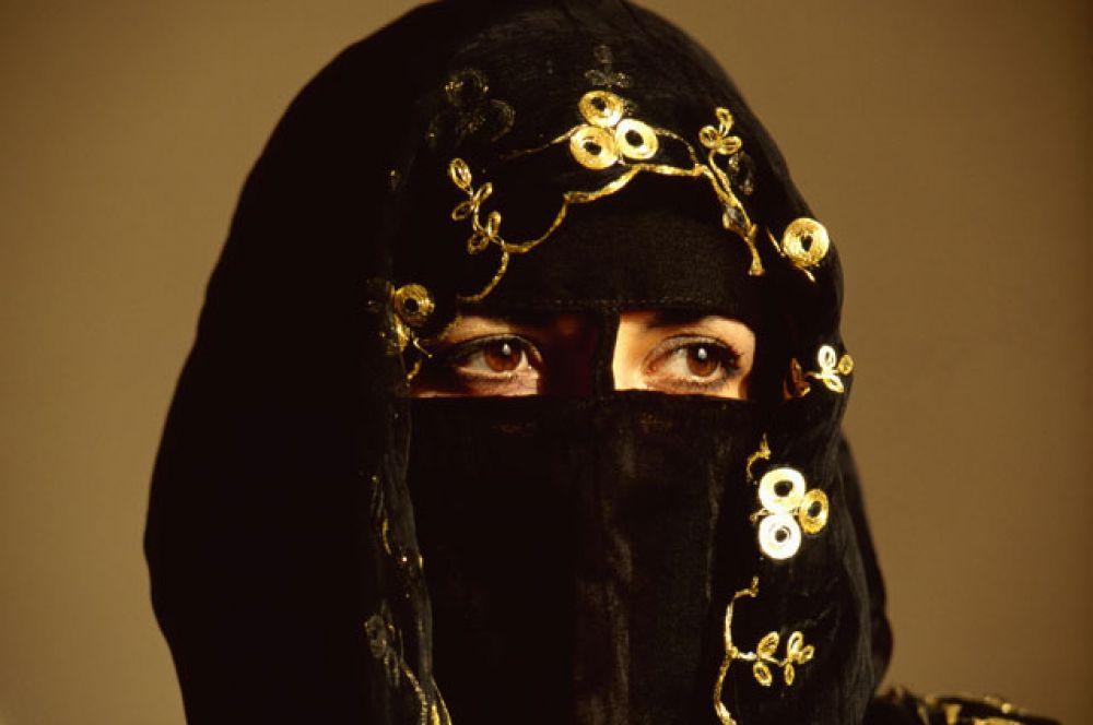 Лица саудовских женщин спрятаны под никабом – мусульманским женским головным убором с узкой прорезью для глаз.