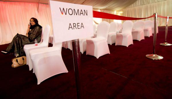 Торжественные мероприятия в Саудовской Аравии проводятся, как правило, с разделением мужчин и женщин. Большинство домов также имеют отдельные входы. Женская часть называется «харим», что переводится как «запрещённый и священный».
