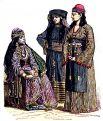Три мусульманские женщины, жительницы окрестностей Дамаска и Мекки, в традиционных арабских костюмах, XIX век. С точки зрения современных законов страны, все женщины слишком открыты и нарушают дресс-код.