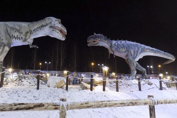 Одна из самых эффектных композиций: битва тиранозавра с карнозавром.