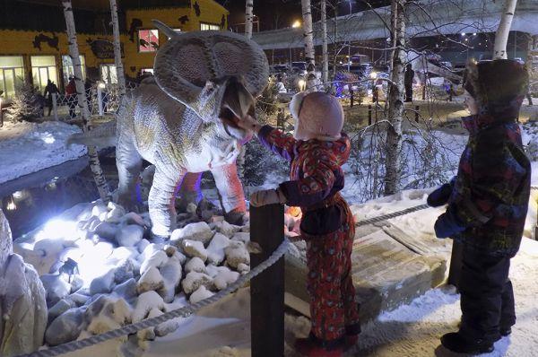 Дети бесстрашно засовывали руки в открывающуся пасть динозавра.