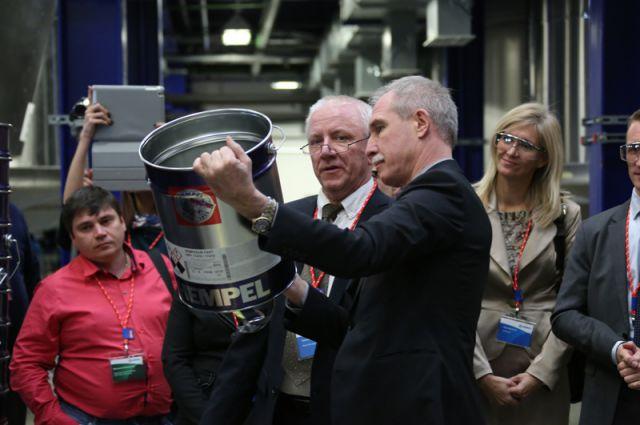 Губернатор Сергей Морозов изучает образцы продукции ульяновского завода компании «Хемпель».