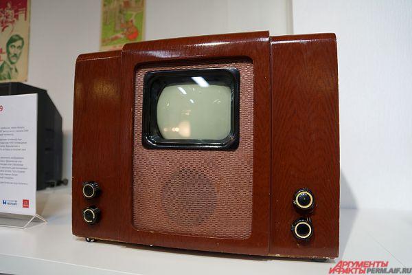 Телевизор «КВН-49». Чёрно-белый телевизор, выпускавшийся в СССР в различных модификациях с 1949 по 1967 год. Первый массовый телевизор в СССР и один из первых в мире, рассчитанных на стандарт разложения 625/50, принятый в Советском Союзе в 1945 году.