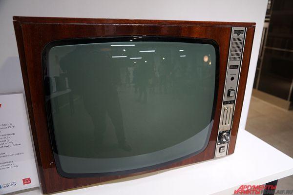 На небольшой площадке представлены более 20 единиц телевизионной техники.