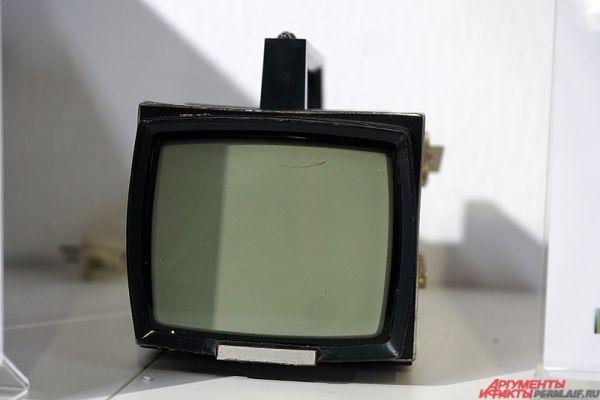 «Электроника ВЛ-100» - чёрно-белый переносный телевизор на кинескопе 16ЛК1Б. Разработка и выпуск телевизора были приурочены к столетию со дня рождения Владимира Ильича Ленина, отмечавшегося в 1970 году. Обозначение модели телевизора «ВЛ-100» расшифровывается как «Владимир Ленин, 100 лет».