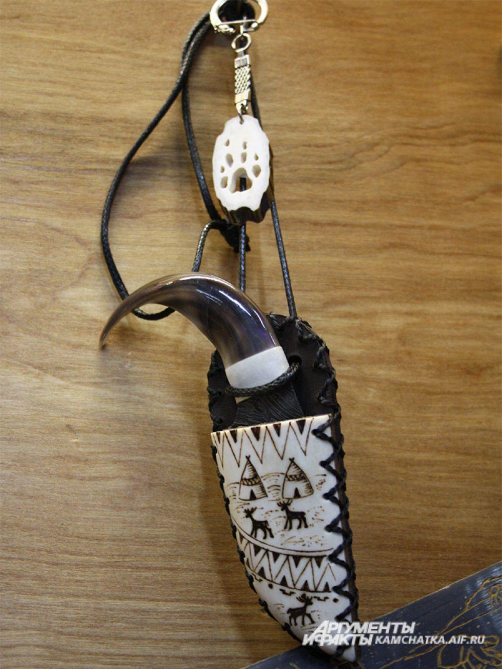 Нож коготь-амулет использовался как ритуальный нож, когда кочевник в тундре попадал в пургу на несколько дней. После того, как заканчивалась пища, он пил свежую кровь оленя или собаки, которая была рядом с ним.