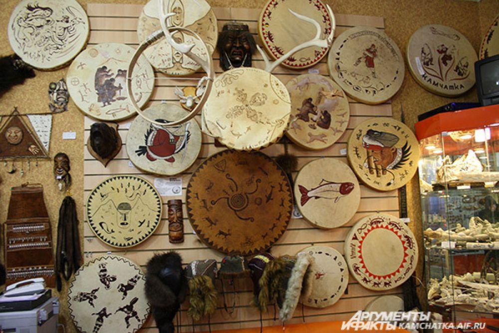 Традиционные бубны также расписаны камчатскими мастерами.