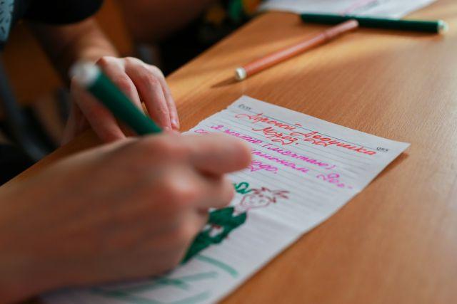 В детдомах края пишут письма Деду Морозу.