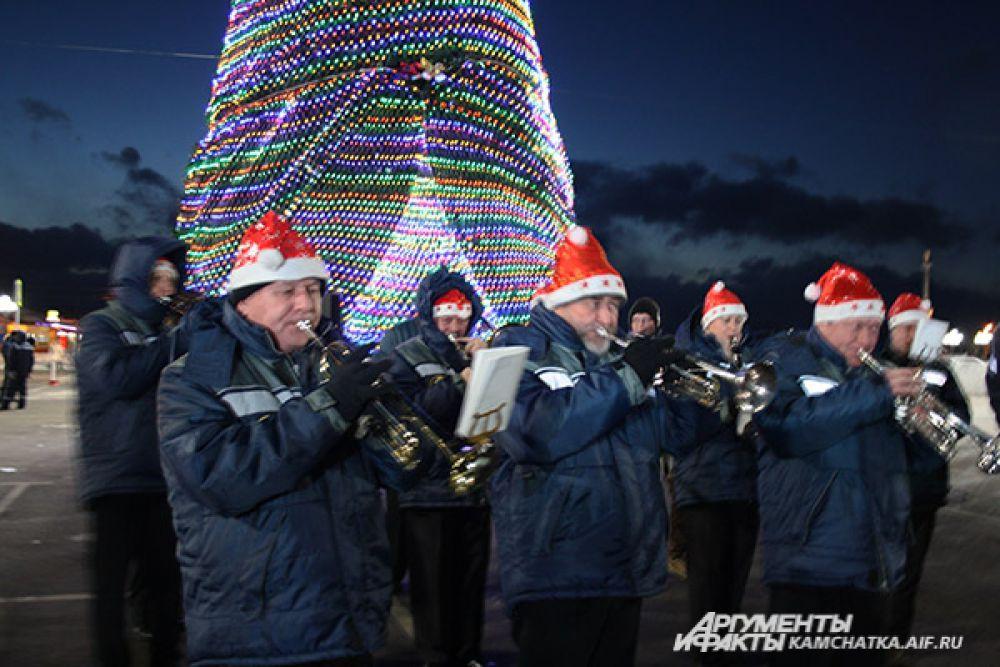 Городской оркестр исполнил знакомые всем новогодние композиции.