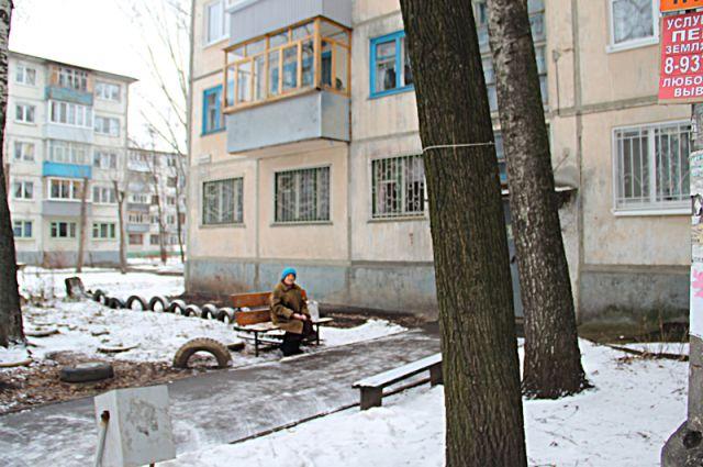 Вся улица Терешковой застроена старыми панельными домами. Если их не ремонтировать срочно, то к 2030-2040 году здесь будут руины.