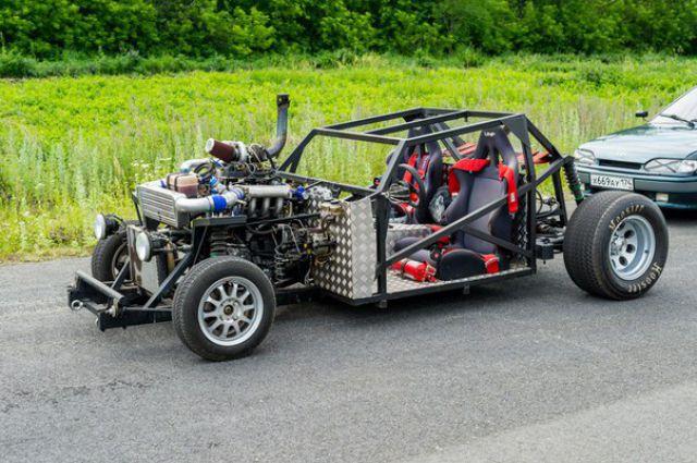 Автомобиль мощностью 450 лошадиных сил побеждает в гонках стритрейсеров.