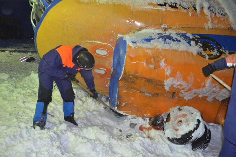 На борту находились 25 человек: 3 члена экипажа и 22 сотрудника газовой компании.