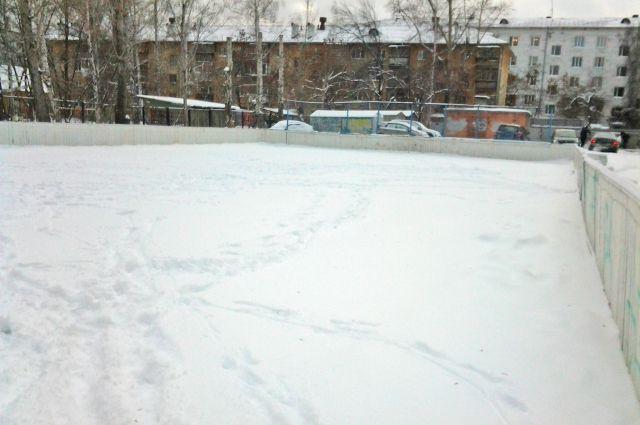 На уралмашевском корте сегодня можно поиграть в снежки, но никак не в хоккей.