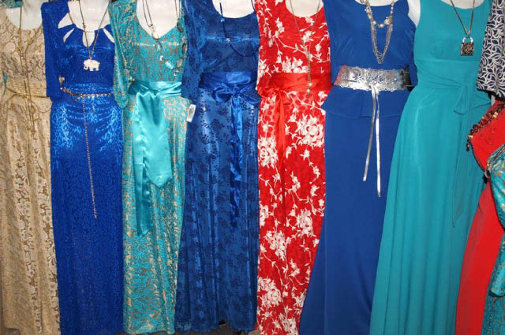 В шикарном вечернем платье  Вы точно не останетесь незамеченной. В год Огненной Обезьяны присмотритесь к нарядам «огненных оттенков». Красный, оранжевый, желтый, синий, зеленый – все эти оттенки «живут» в пламени.