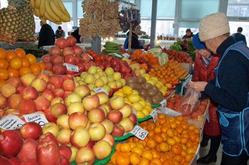 Традиционным украшением новогоднего стола являются фрукты, овощи. На рынке они представлены в огромном изобилии.