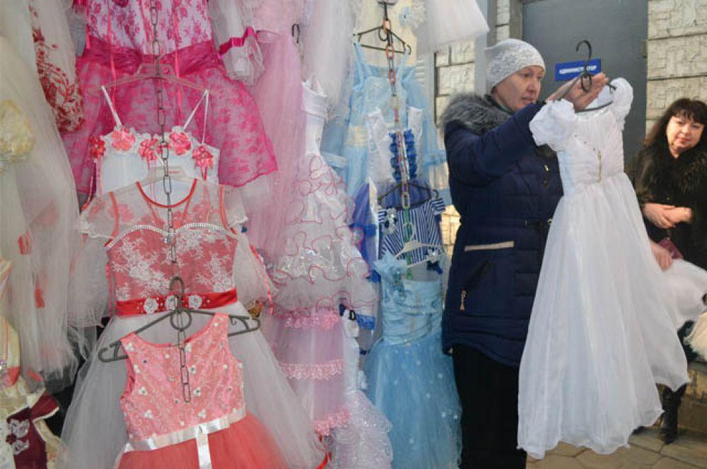На тракторном рынке ТК ООО «Рассвет» огромный выбор нарядов, украшений на девочек от года и старше.