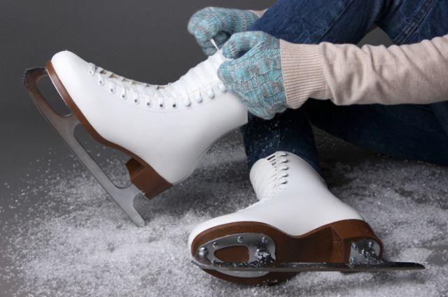Кататься на коньках любят и дети, и взрослые.