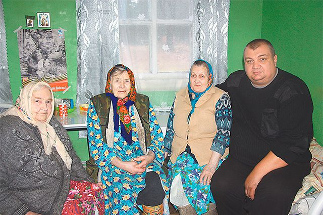 Борисыч в компании бабушек: Вали, Кати и Вали. Все трое - родственницы и из одной деревни, что в 70 км от Пено.