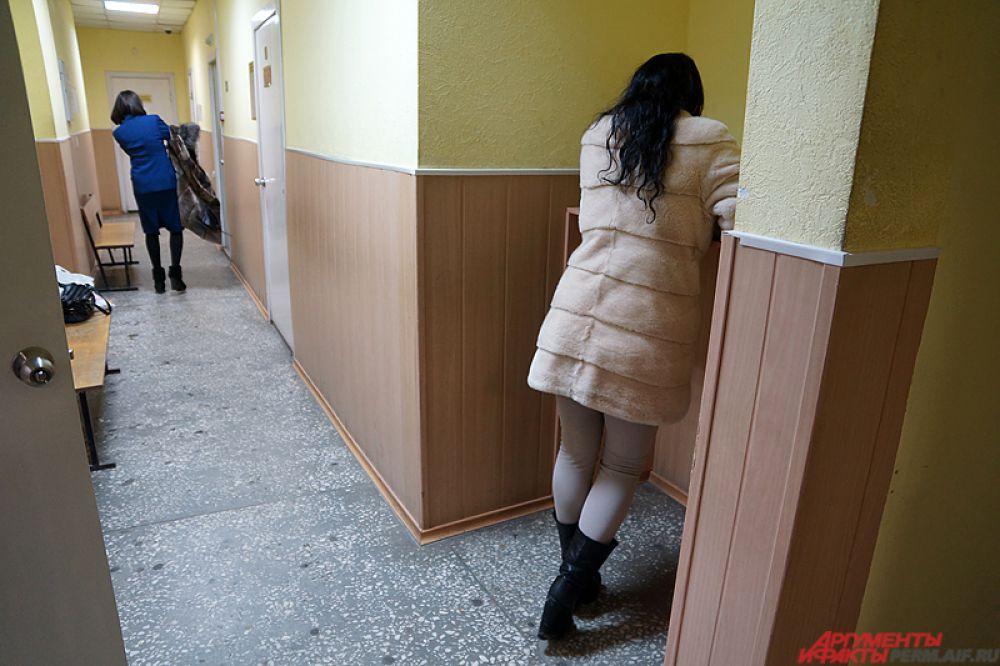 Девушка постоянно пряталась от объективов фото- и видеокамер.