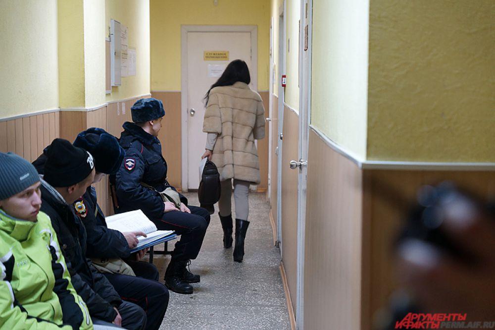 Начало заседания началось с получасовым опозданием. В это время обвиняемая гуляла по коридору.