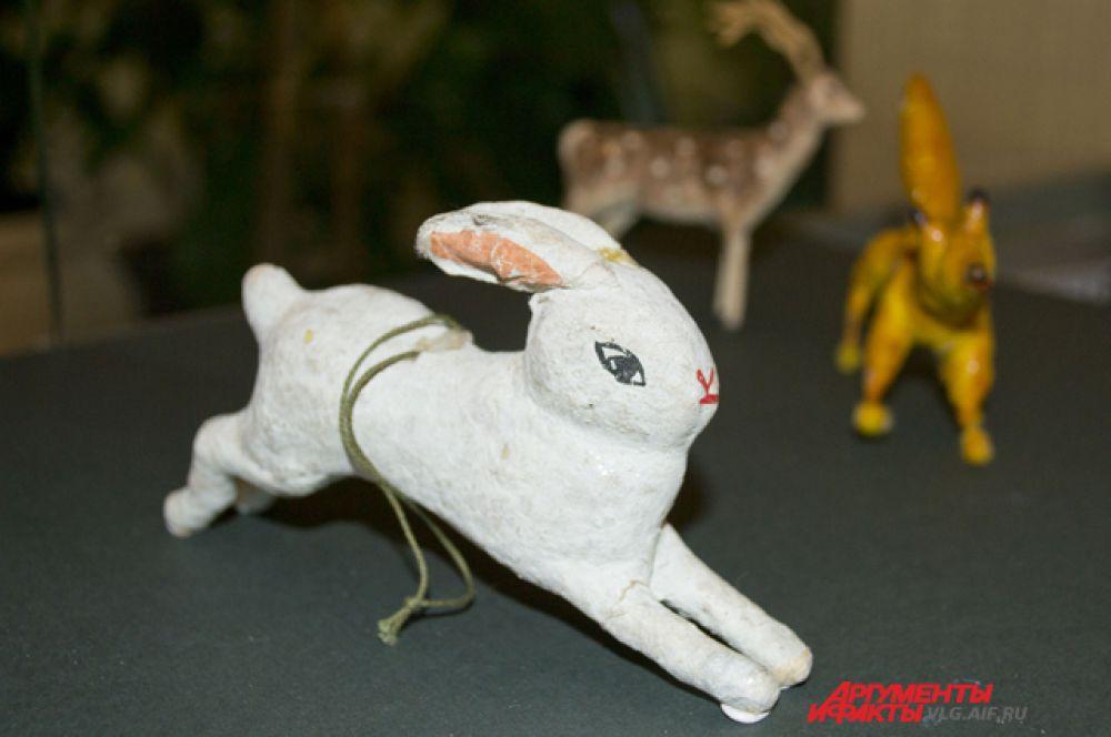 В 30-40-е годы игрушки делали не из стекла, а из более дешевых материалов – папье-маше, картон и т.д.