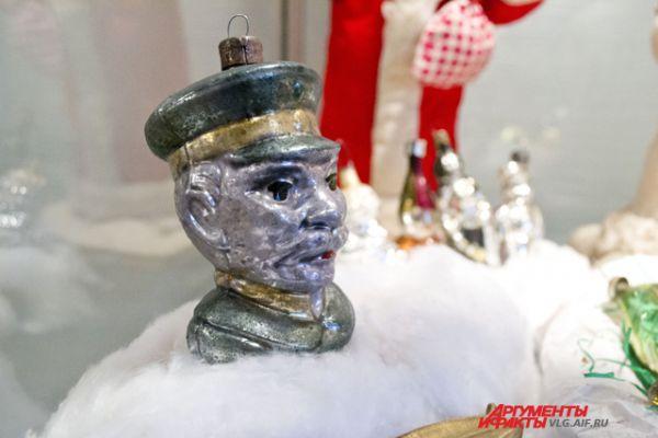 В довоенное время игрушки часто носили идеологический окрас. Елки украшали «вождями» и «коммунистами».