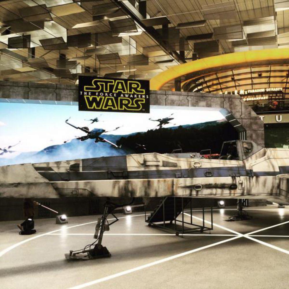 """В рамках финального этапа рекламной кампании """"Пробуждения Силы"""" в аэропорту Чанги в Сингапуре разместили полноразмерную модель боевого звездолета X-Wing.  Истребитель нового образца воспроизведен в мельчайших деталях, включая кабину пилота: купив билет, каждый желающий может залезть внутрь и сделать фото в роли пилота-повстанца."""