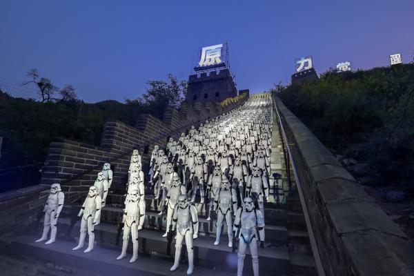 Пожалуй, самую зрелищную и впечатляющую промо-акцию устроила 20 октября в Китае компания Disney. 500 человек в костюмах имперских штурмовиков выстроились на одной из лестниц Великой Китайской стены.