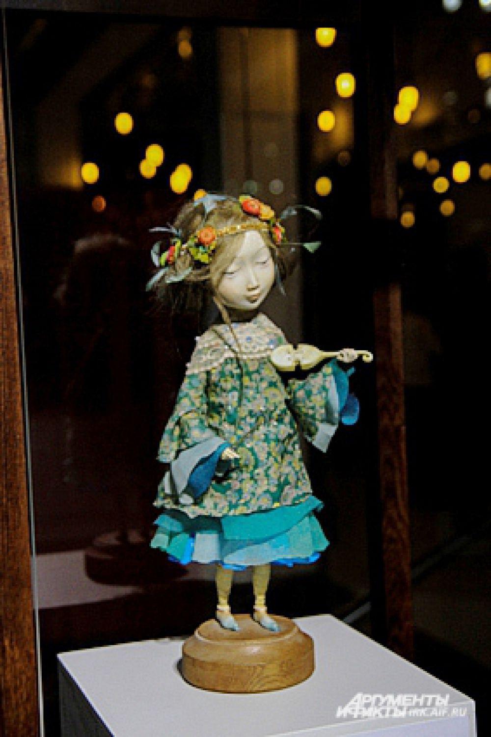 Для создания кукол используются натуральные волосы и дорогие ткани.