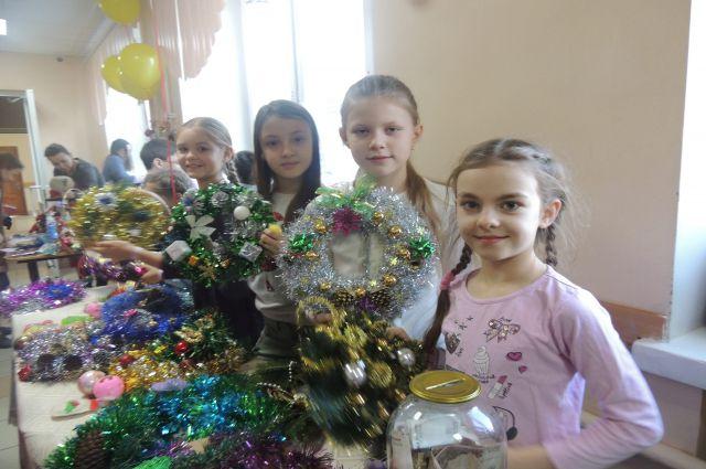 Одной из главных целей телемарафона является сбор средств на новогодние подарки детям-сиротам.