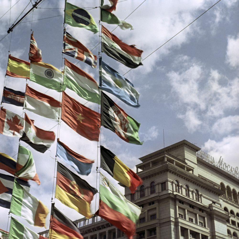 Фрагмент гостиницы «Москва» и государственные флаги разных стран на площади 50-летия Октября (сейчас Манежная площадь) во время проведения V Московского международного кинофестиваля.