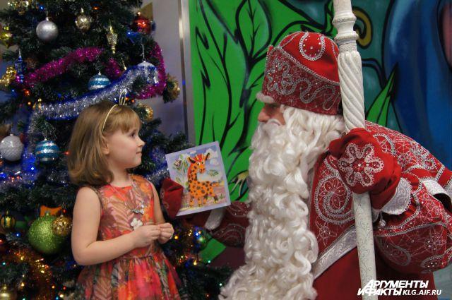 Дед Мороз и маленькая пациентка.