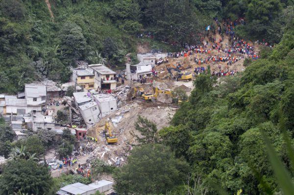Размытый ливнями склон холма высотой в несколько десятков метров обрушился на поселок в муниципалитете Санта-Катарина-Пинула в Гватемале в ночь на 2 октября. Потоки грязи и камни размером с автомобиль разрушили 125 домов. Число погибших при сходе оползня приближается к 300 человек.