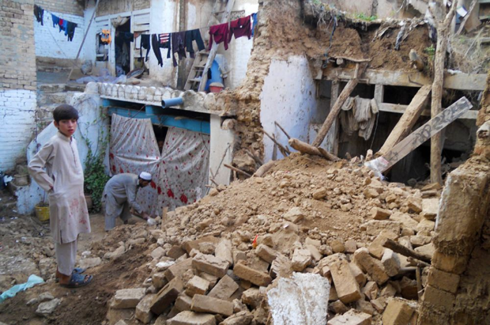 Еще одно мощное землетрясение произошло 26 октября в районе горного массива Гиндукуш на афгано-пакистанской границе, в результате которого пострадали сотни жителей Афганистана, Пакистана и Северной Индии. Более 1800 человек получили травмы.