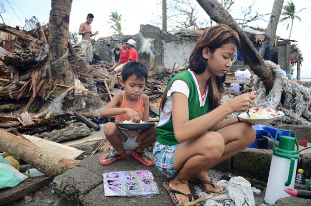 Каждый год в сезон дождей с июня по декабрь на Филиппины обрушиваются около 20 бурь и тайфунов. В прошлом году из-за наводнений и оползней, вызванных тайфуном «Сеньянг», на Филиппинах погибли 53 человека. В этом году там бушует тайфун «Мелор», уже пострадали по меньшей мере 20 человек.