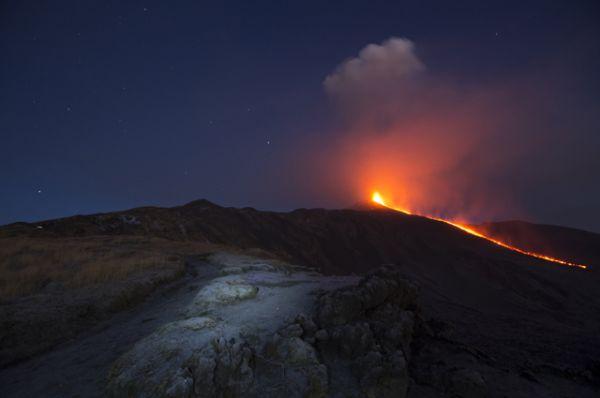 3 декабря 2015 года центральный кратер вулкана Этна выбросил фонтан лавы на километровую высоту. Местные власти были вынуждены закрыть международный аэропорт Катании.
