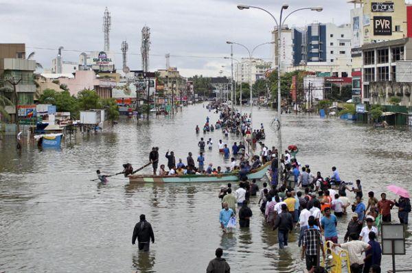 Практически весь декабрь на территории штата Тамилнад в Индии идут проливные дожди, которые вызвали сильное наводнение. Тысячи людей нуждаются в эвакуации. К спасению пострадавших привлечена армия страны. По последним данным, в результате наводнения за несколько последних дней погибли около 200 человек.
