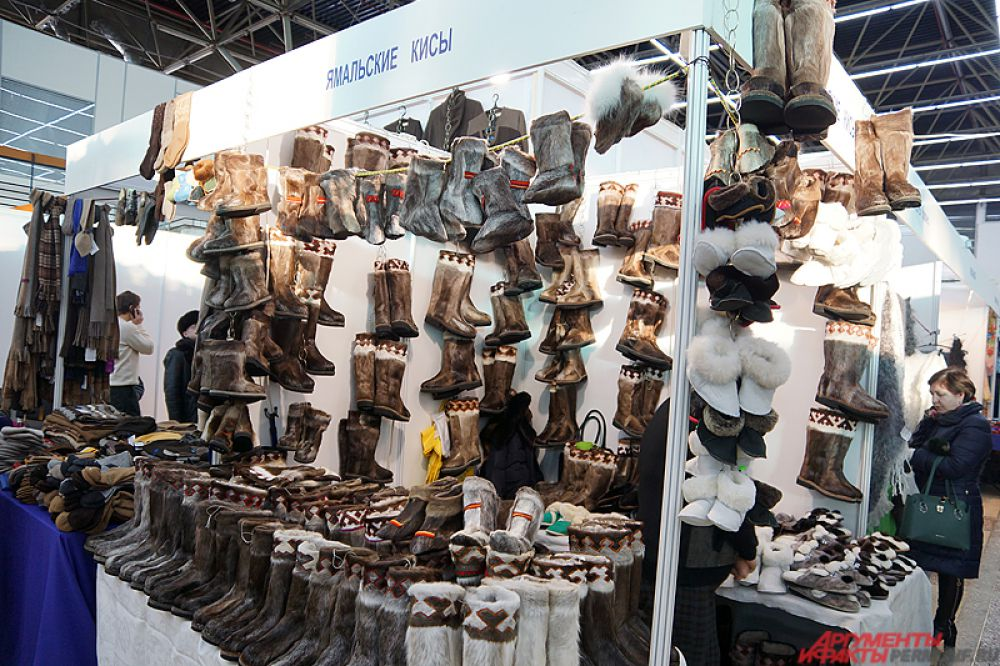 На выставке находятся разнообразные вещи, начиная от елочных украшений и игрушек и заканчивая одеждой и книгами.